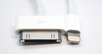 Apple: 30-pin (links) en Lightning (rechts) connectors